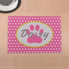 Lunares rosas personalizados e impresión de patas en la alfombra de comida para mascotas.
