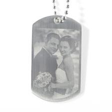 Grabar la foto de la boda en el colgante de la placa de identificación.