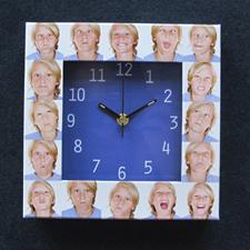 Reloj personalizado con collage de 16 fotografías en color azul